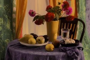 Stillleben mit Gelber Vase, Dahlien und Früchten