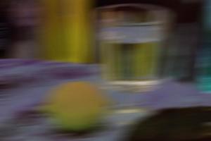 Stillleben mit Zitrone und Wasserglas