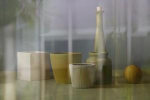 Stillleben mit Gefäßen und Zitrone