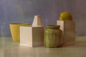 Stillleben mit Gefäßen in Weiß, Gelb und Grün sowie einer Zitrone