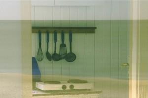 Stillleben mit Kochplatte und Kochutensilien