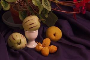 Stillleben mit Pepinos, Datteln und Birne