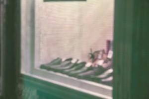 Stillleben mit Schuhen im Schaufenster