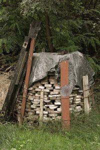 Runder Holzstapel aus der Serie Scheue Laute, Berlin 2018